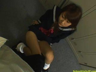 تلميذة إعطاء blojwob على ركبتيها نائب الرئيس إلى الفم في غرفة خلع الملابس