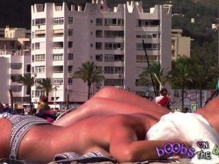 tanlines ملحمة والحلمة مثقوب على الثدي وهمية على الشاطئ عاريات
