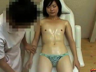 فتاة الآسيوية مع الثدي الصغيرة كس تدليك حفز مع هزاز على أماه
