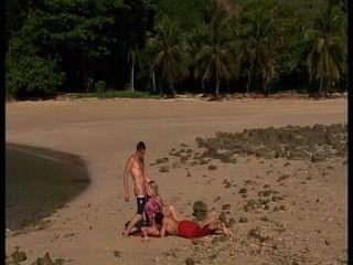 مثليات على الشاطئ