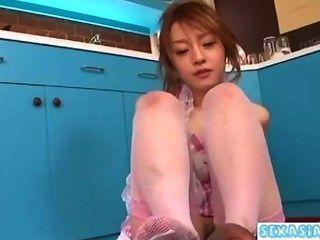 فتاة آسيوية الحصول على بوسها شعر حست إعطاء HANDJOB مص الديك