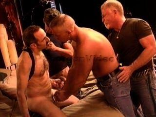 4 الرجال ناضجة العضلات لديهم العربدة العلاج المعرفي السلوكي.