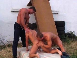 اثنين من رجال الشرطة مثير القيام الرجل