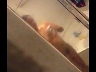 التجسس على فرنك غيني في الحمام