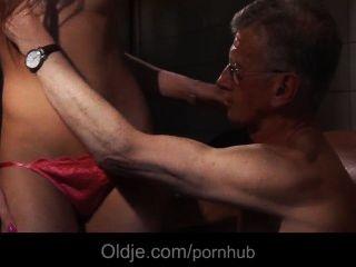 أولدمان bonks الحمار من سلوتي التنظيف فتاة