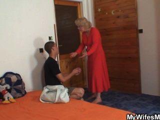 زوجة يجد له أمي سخيف في القانون ويحصل مجنون