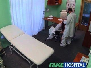 يحصل يمسح خريج مثير fakehospital ومارس الجنس على طاولة الأطباء عن وظيفة