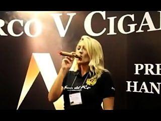 امرأة جميلة تدخن الملك ماركو الخامس في ipcpr 2012