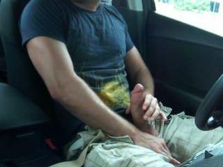 الهزات قطعة كبيرة من داخل سيارته في الأماكن العامة