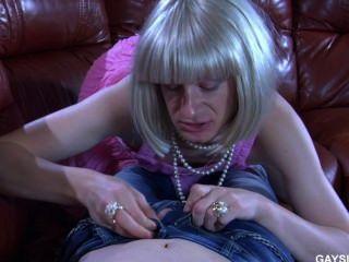 سيسي في ثوب وردي الملاعين على الأريكة