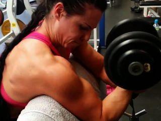 تدريب الفتيات العضلات في صالة الألعاب الرياضية
