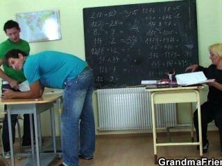 جدا وقصفت المعلم القديم من قبل اثنين من الصبية