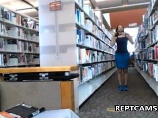 المعلم امرأة سمراء مثير يستمني في مكتبة