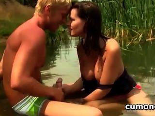 أثار الزوجان في سن المراهقة ممارسة الجنس عن طريق الفم عاطفي في البحيرة