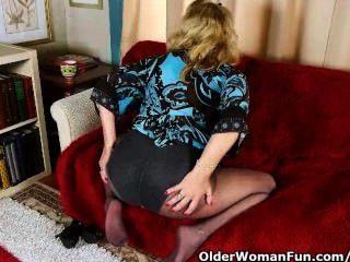الجدة مكتب في جوارب طويلة يعطي بوسها القديم علاج