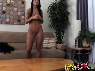 سلبيات fakeagentuk قزم مثير المدبوغة امرأة سمراء الهواة لممارسة الجنس