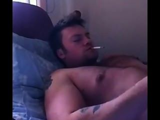 الرجل الساخن من يوتيوب يأتي في حين التدخين