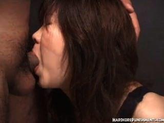 المرأة اليابانية يعطي اللسان في حين وظفت في حبل
