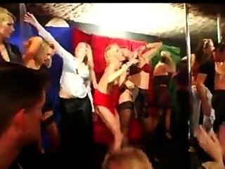 فراخ النادي يمارس الجنس في الأماكن العامة