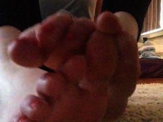 تامي الأسود التدليك قدميها وتمتص على أصابع قدميها