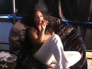 تدخين السيجار في أريكة فتاة