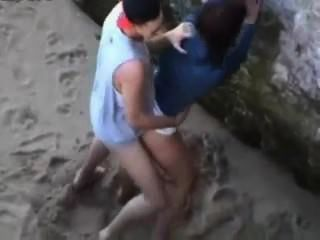 التجسس على شاطئ العراة