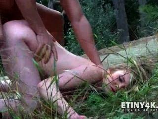 سخيف لها مع الواقي الذكري في الغابة