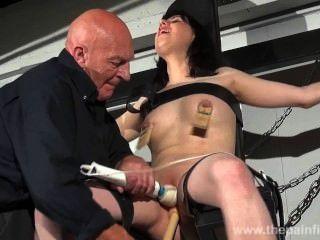 عبرت التعذيب حلمة الثدي عبودية والهيمنة الجنسية من صراخ امرأة سمراء