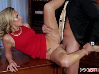 تحصل مارس الجنس جيني سيمونز مثير جيني شقراء في ثوب أحمر في جزء الشركة