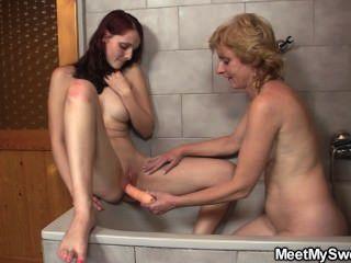 يبلغ الزوجان في سن المراهقة اللعنة في الحمام
