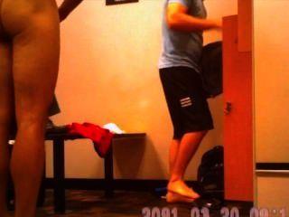 كاميرا خفية من الرجال الساخن في غرفة خلع الملابس