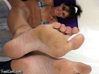 قدم كبير في وجهك