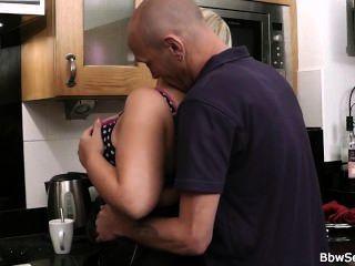 اشتعلت زوج الغش في المطبخ