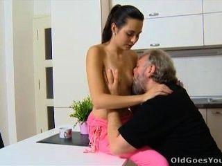 العمر يذهب لورا الشباب ورجلها في المطبخ