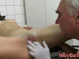 القذرة طبيب نسائي الروسية القديمة الملاعين في سن المراهقة