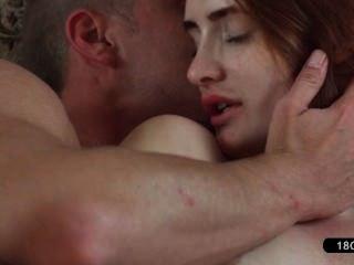 بالإصبع الجاد وتلميذة شقراء يمارس الجنس