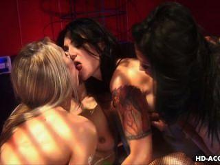 ثلاثة الكلبات مثير جدا لعبة يمارس الجنس مع العضو التناسلي النسوي الرطب زلق