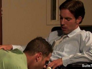 مثلي الجنس غير مطيع يحصل بعقب مسمر وcummed في العمل