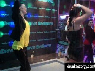 الكلبات مثير رقص جنسي مثير في النادي