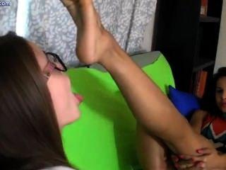 اثنين من مثليات لعق أقدام