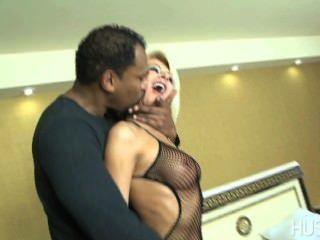 سلوتي زوجة اليورو الكمامات على سميكة سوداء الديك في حين الساعات الديوث بعل!