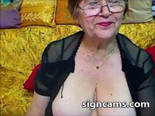 جميلة التجارب الجدة الهواة مع جسدها مثير