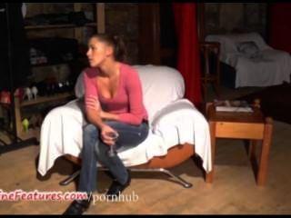 يظهر 19yo كتكوت التشيكية جسدها العاري في صب