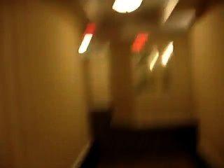 عارية في الردهة فندق واشتعلت تقريبا