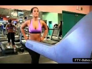 امرأة سمراء فاتنة رياضي يعمل لها الثدي كبيرة في الأماكن العامة