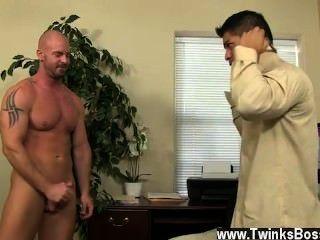 twinks مثلي الجنس مدير pervy ميتش فون تحفر في نهاية المطاف النفوذ الكافي