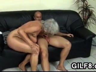 الجدة شقراء يأخذ في الحمار