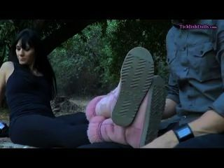 يحصل dominatrix قدميها مدغدغ