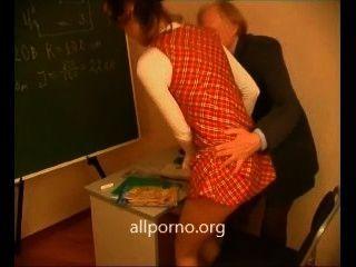 في سن المراهقة الملاعين مع معلمتها