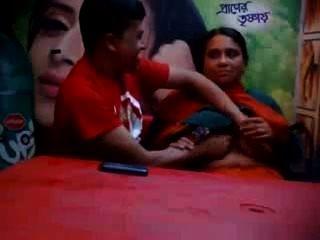 بنجلاديش زوجة الغش ناضجة مع الحبيب في مقهى الغذاء